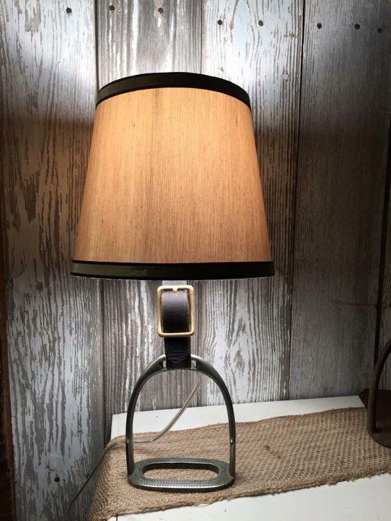 lampada da tavolo con staffa equestre