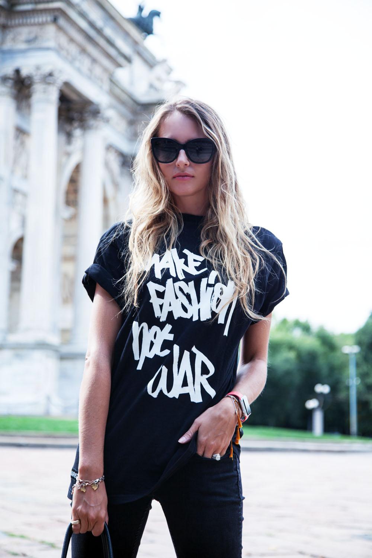 la t-shirt nera come renderla alla moda