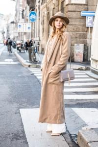 come indossare un cappotto over beige