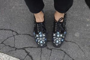 come inddossare le sneakers con la zeppa