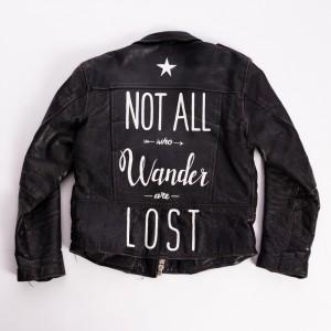 giacca di pelle con scritte