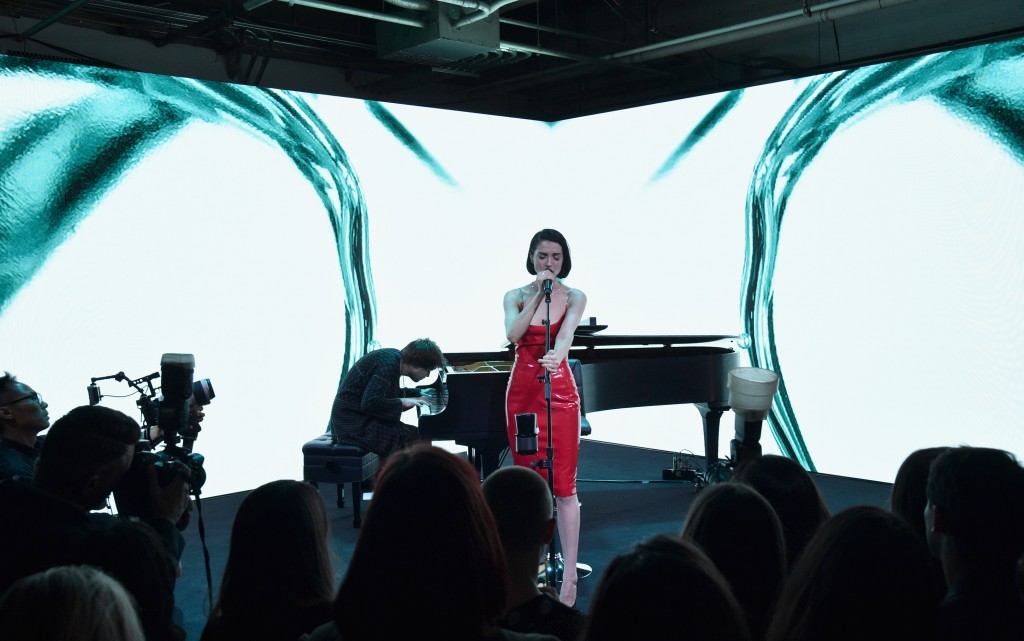 NEW YORK, NY - SEPTEMBER 06: St. Vincent performs onstage during the Tiffany & Co. Fragrance launch event on September 6, 2017 in New York City. (Photo by Bryan Bedder/Getty Images for Tiffany & Co.)